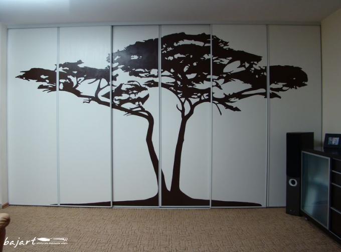 Pięknie artystyczne wykończenie szafy