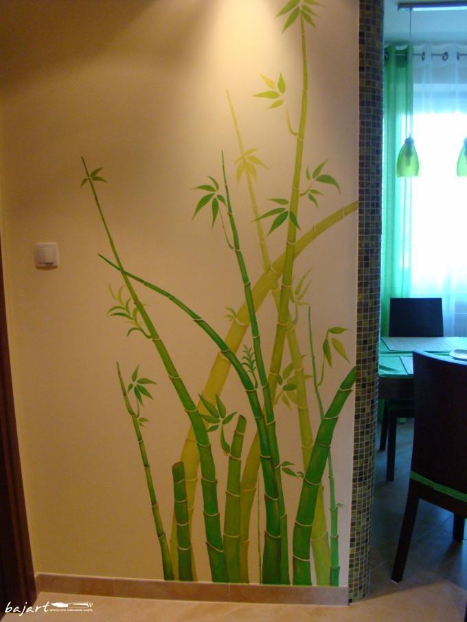 Artystycznie malowana ściana w przedpokoju