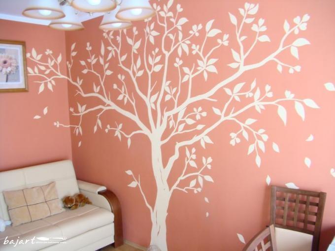 białe drzewo w salonie