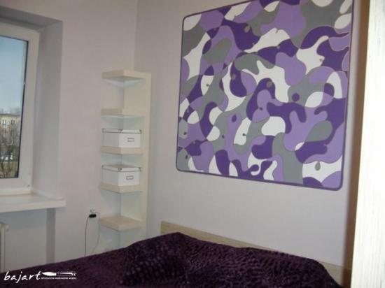 kolorowa grafika - dekoracja w sypialni