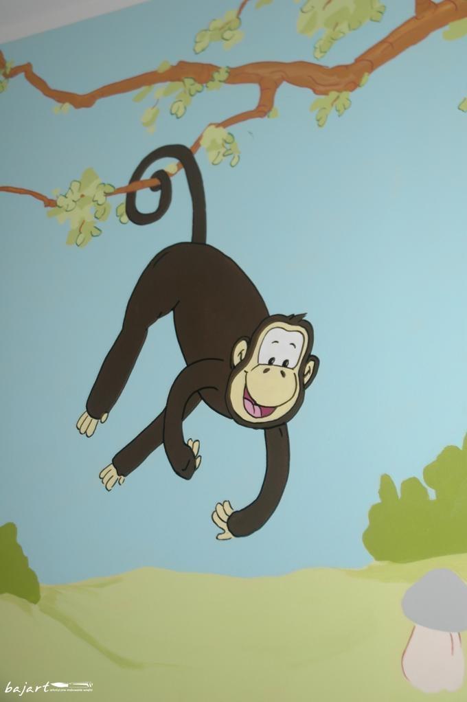 Wesoła małpka na drzewie