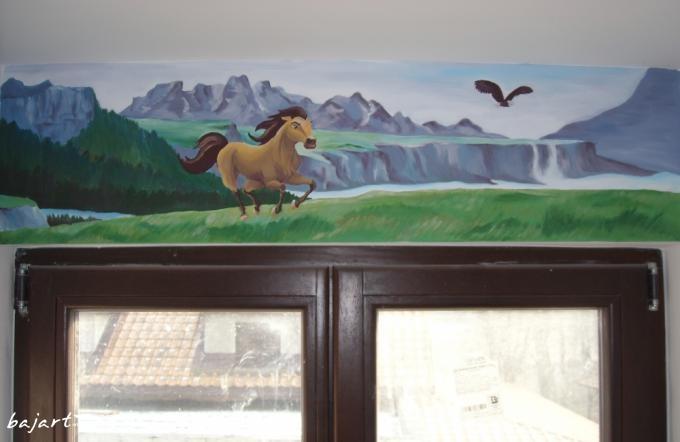 dekoracja ściany nad oknem