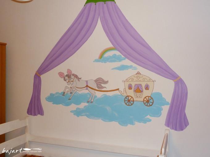 Malowany baldachim nad łózkiem