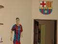 Malowany na ścianie piłkarz i herb klubu