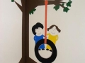 dzieci na drzewie