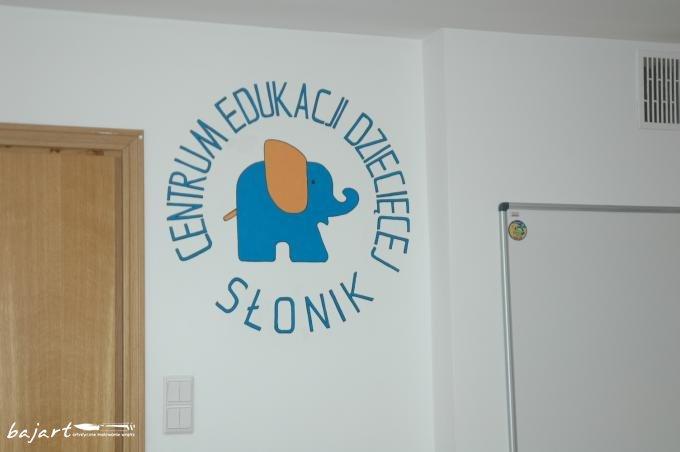 Malowane logo firmy na ścianie